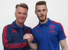 MANCHESTER, ENGLAND - SEPTEMBER 11: (EXCLUSIVE COVERAGE)  David de Gea of Manchester United (R) poses with manager Louis van Gaal after signing a new four-year contract at the club at Aon Training Complex on September 11, 2015 in Manchester, England.  (Photo by John Peters/Man Utd via Getty Images)