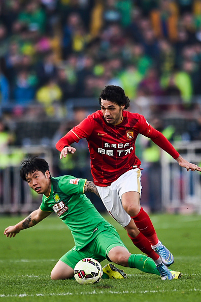 BEIJING, CHINA - OCTOBER 31: (CHINA OUT) Ricardo Goulart #11 of Guangzhou Evergrande competes for the ball in the match between Beijing Guoan and Guangzhou Evergrande during the China Super League 2015 at Beijing Workers' Stadium on October 31, 2015 in Beijing, China. (Photo by ChinaFotoPress/ChinaFotoPress via Getty Images)